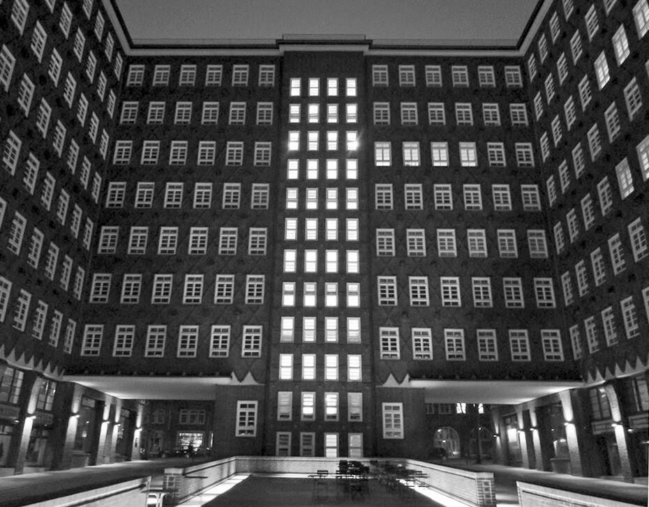 innenhof chilehaus hamburg city architekturfotografie hamburg abendfarben tom koehler