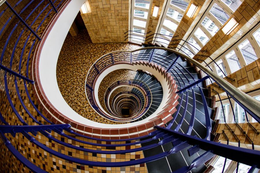 brahms-kontor-treppenhaus-architekturfotografie-hamburg-abendfarben-tom-koehler-1