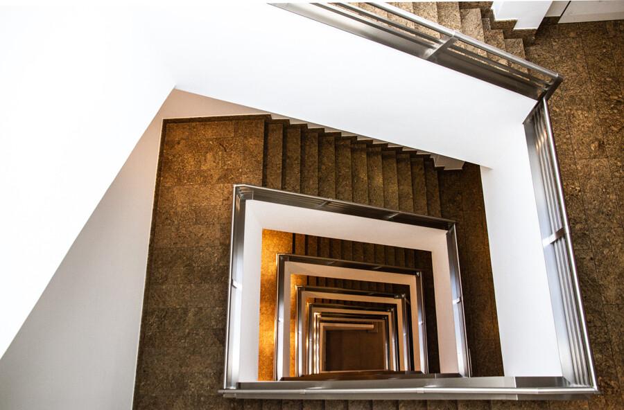 kontorhaus-treppenhaus-rappolthaus-architekturfotografie-abendfarben